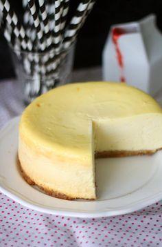 New Yorkin juustokakku // New York Cheesecake Food & Style Annamaria Niemelä, Lunni leipoo Photo Annamaria Niemelä www.maku.fi