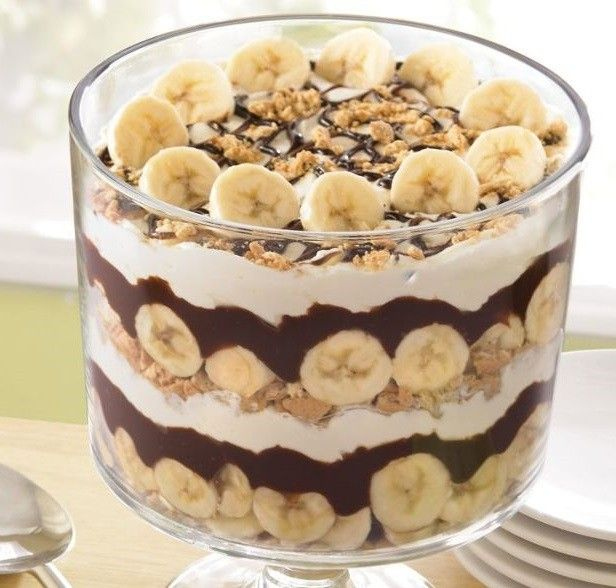 Banán split kehelyben (Fotó: Pinterest) Hozzávalók: banán, vanília és csokoládé krémpor, tej, tejszín, csokoládé, babapiskóta. Kavard...