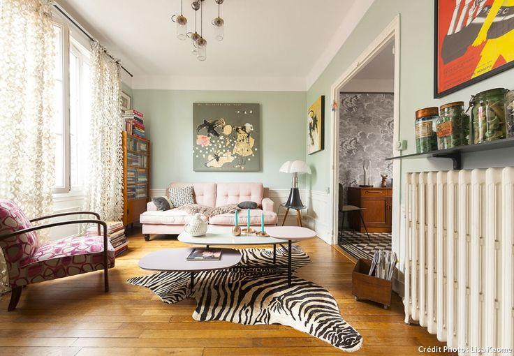 Salon vintage, murs peints en vert tendre. Peau de zèbre sur le sol.