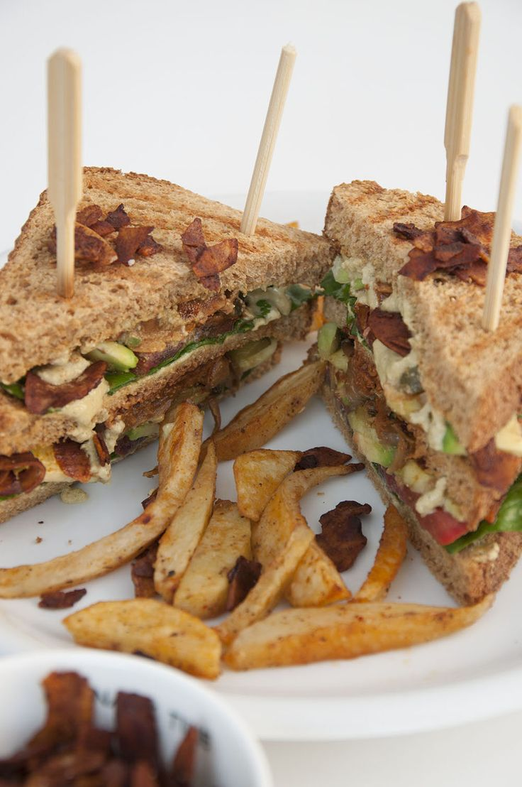 Veganes Clubsandwich mit Kokos-Bacon <3  Vegan Clubsandwich with coconut Bacon <3         https://www.vivalasvegans.de/rezepte/hauptgerichte/clubsandwich/