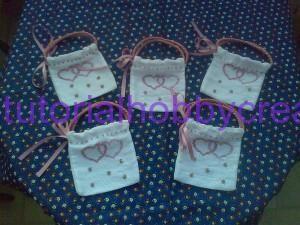Tutorial per realizzare una borsetta portaconfetti in tela aida - Tutorial per realizzare una borsetta portaconfetti in tela aida.  Materiale occorrente : - Tela aida un rettangolo di cm. 14 x 25 - Nastro di raso lu