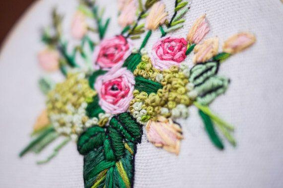 Aro de bordado contemporáneo / / Original Bouquet por BloodyThumbs                                                                                                                                                     Mais