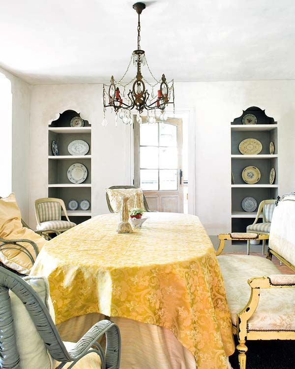 Stylish in SpainDining Rooms, Drawing Room, Living Room, Gold Dining Room, Dining Room Decorating, Diningroom, Settees Benches, Gold Tablecloth, Built In Shelves