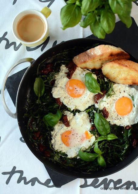 eintopf: jajka z ricottą na rukoli smażonej z suszonymi pom...