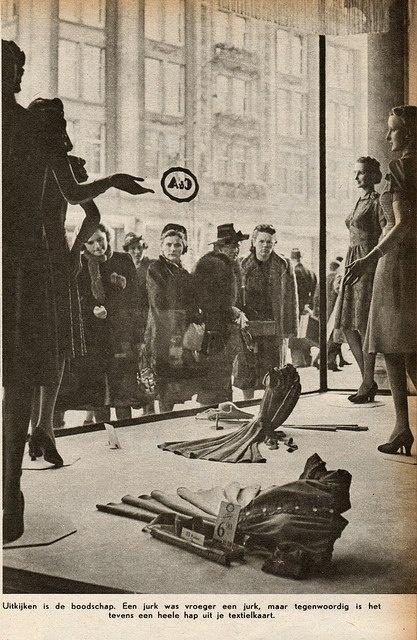 """In de aanloop naar 4 en 5 mei. Etalage C & A Amsterdam 1941. """"Een jurk was vroeger een jurk, maar tegenwoordig is het tevens een heele hap uit je textielkaart."""""""