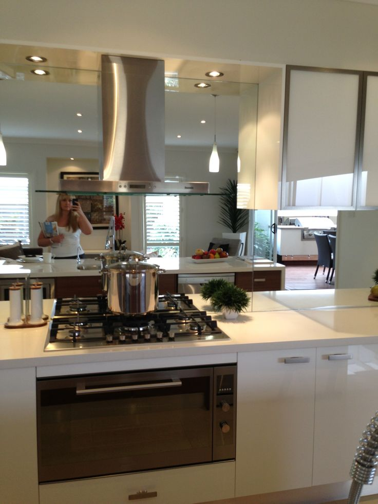 MIrrored splashback - hob layout, rangehood and cabinets without oven.