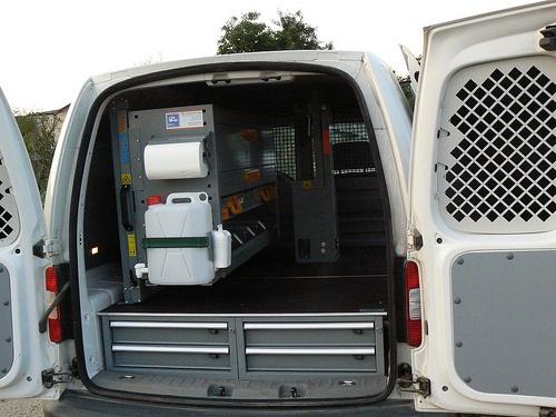 Echipare Amanne - VW Caddy L1H1 cu raft extractabil pe verticala, podea dubla si suport de menghina.
