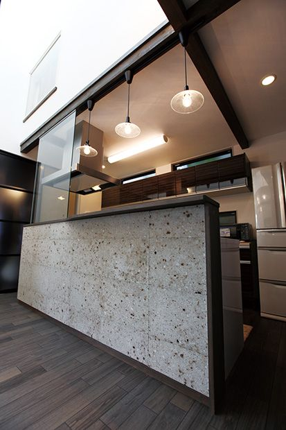 LDKに入ると正面に目立つ大谷石の壁。部屋がぐっと落ち着いた雰囲気に。 奥様の希望でLDKには床暖房が設置されている。 http://www.sumai21.net/