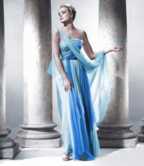 O vestido azul usado por Grace Kelly no filme Ladrão de Casaca (To Catch the Thief, 1955) - O vestido  em chiffon e organza possui dois tons de azul e foi criado pela figurinista Edith Head.