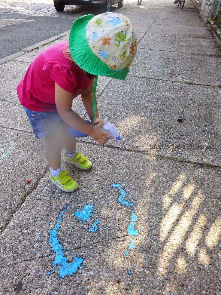 ... auf den grauen Pflasterstein! Naja, ganz so gut, wie die Kinder im Lied können die Kleinen sicher keine Sonne malen, aber deswegen mach...