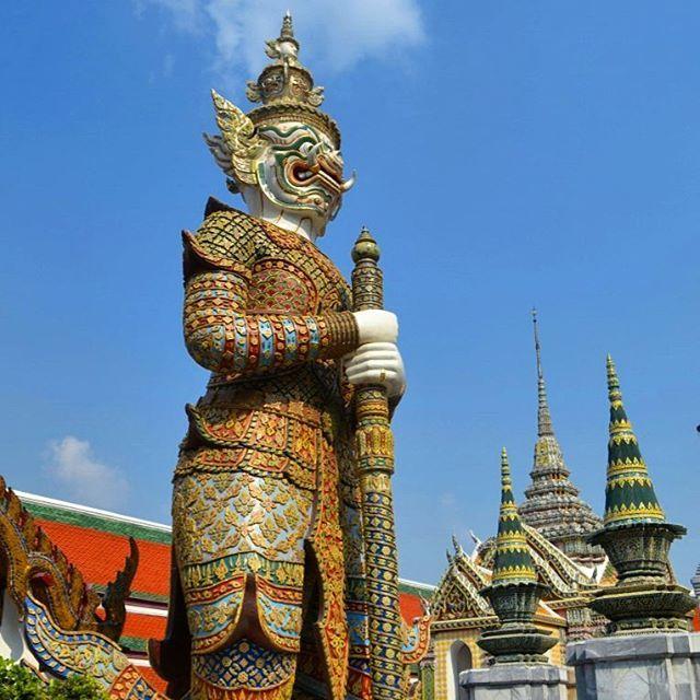 Segundo dia em Bangkok. Textão para a posteridade: Um calor de mais de 30 graus às 7h da manhã e aquele cheiro de comida de rua ainda bem forte na Khaosan. Encontrei com as meninas que tinham acabado de chegar do aero e já começamos a explorar a cidade. A primeira parada foi no Grand Palace (palacio da realeza) onde também fica o Wat Phra Kaew (templo do Buda de esmeralda). Apesar de eu estar usando um lenço para cobrir os ombros, fui barrada pelas senhorinhas que ficam na porta checando as…