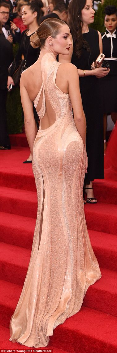 Rosie Huntington-Whiteley wore an Atelier Versace dress.