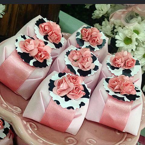 Bem Vividos com Tag de vaquinha e mini buquezinho de flor de papel!!! Lindo…