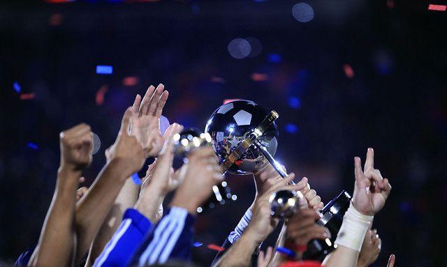 14 de Diciembre de 2011/SANTIAGO  Universidad de Chile recibe la Copa Sudamericana 2011, luego de vencer a Liga Deportiva Universitaria de Quito, jugado en el Estadio Nacional.  FOTO:RODRIGO SAENZ/AGENCIAUNO
