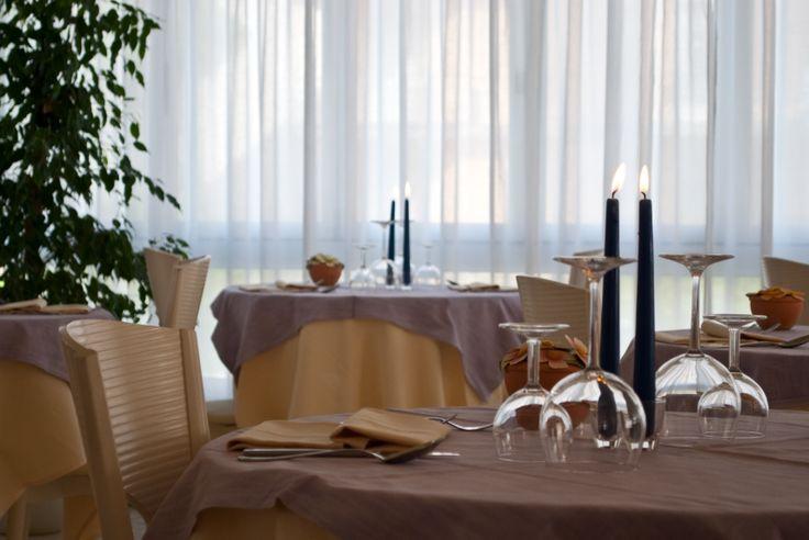 la sala da pranzo dell'hotel torino . un dettaglio