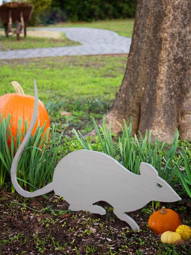 Outdoor Halloween Decorations: Giant Rat Cut-Out - perfect for your front yard. Learn how > #Halloween #craft