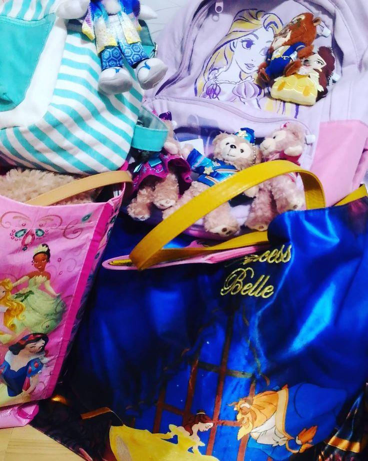 旅行の用意中!�� 明日は仕事からの深夜に出発なので…。今日のうちにやっておかないと�� 旅行バッグも、リュックも、ひたすらディズニー。 さすがにディズニーじゃない日にこの鞄は使えないので別のも持っていこう。  #tds #tdl #美女と野獣 #beautyandthebeast  #travel #travelbag #backpack #リュック #ディズニー #準備 #gw #リュックも旅行用手提げも #ディズニーストア #disney #soexcited http://tipsrazzi.com/ipost/1505164932398841816/?code=BTja4gEAf_Y