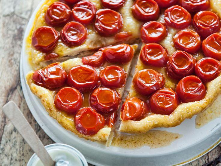 Tarte tatin al pomodoro e vaniglia con salsa di yogurt al basilico è una torta salata. Originale rivisitazione del dolce francese di Giulia Steffanini.