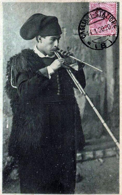 Suonatore di Launeddas,antico strumento a fiato fatto di canne lacustri.