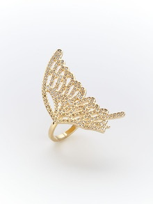 Love the uniqueness and delicacy if this ring