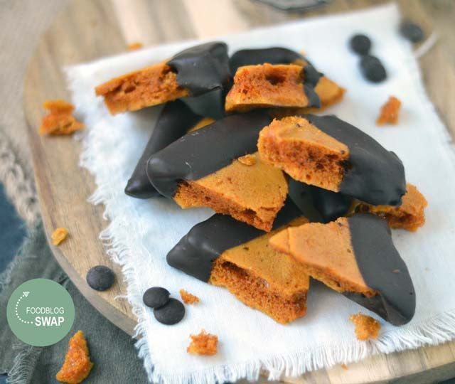 Honeycomb, ook wel bekend als Hokey Pokey. Een heerlijk karamelachtige koekje met de structuur van honingraat ( van suiker, golden syrup, boter en baksoda)