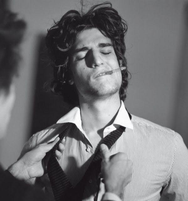 """Uma perfeita definição da beleza dele: """"bonito com algo de feio; masculino com um quê de feminino; educado e gentil, mas distante e enigmático; elegante e refinado que ostenta traços de desleixo e desalinho""""."""