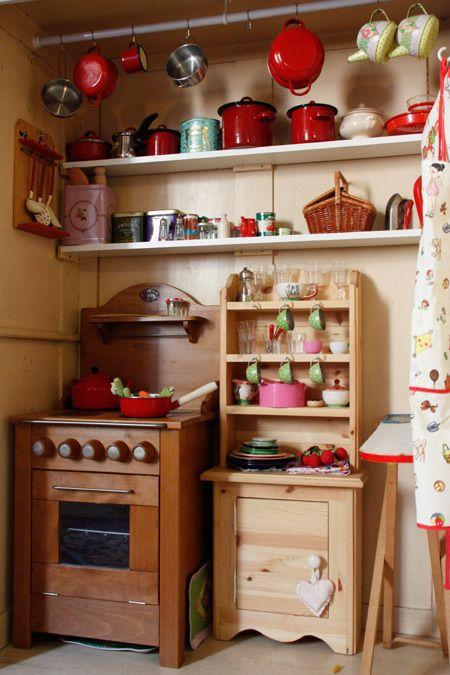 Prachtige speelkeuken (al moet ik er in werkelijkheid niet aan denken om in emaille pannen te koken, haha).