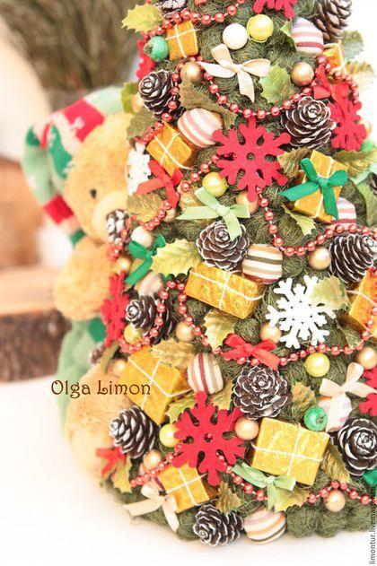 Купить или заказать Елочка 'Мимишка!' в интернет-магазине на Ярмарке Мастеров. НОВИНКА!!! Елочка 'Мимишка'! Абсолютно новогодняя елочка с самым насыщенным праздничным наполнением. В изделии мягкий Мишка, обнимающий елочку. Сама елка украшена мелкими шариками сизалевого волокна, подарками ручной работы, натуральными шишками, снежинками, бусами бантами, бусинами, листвой, ягодами, шариками из ткани. Высота елочки - 42 см, низ без Мишки - 19 см, с Мишкой - 24 см.