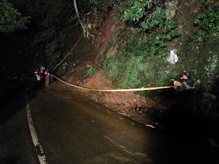 "Jalan Raya Payung Kembali Normal, Garis Polisi Terpasang di Lokasi Longsor http://malangtoday.net/wp-content/uploads/2017/01/longsor-payung-1.jpg MALANGTODAY.NET – Usai terjadi longsor pada Kamis (19/01) malam yang menutupi Jalan Raya Payung Km 3, akses jalan sudah dapat dilalui dengan normal oleh kendaraan bermotor. ""Semalam kami langsung kerahkan alat berat ke lokasi untuk menyingkirkan material. "" ujar Kasi... http://malangtoday.net/malang-raya/jalan-ra"