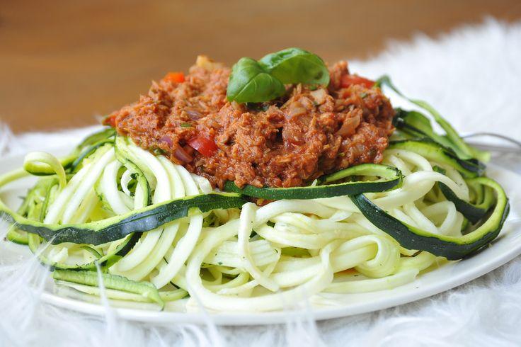 Een heerlijk recept voor courgetti met tonijn boordevol vezels en vitaminen.