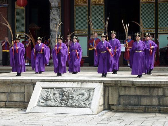 """孔子謂季氏,「八佾舞於庭,是可忍也,孰不可忍也?」    When he heard that the head of the Ji Family used eight rows of dancers to perform in the ceremonies at his ancestral temple, Confucius commented: """"If he is capable of that, what isn't he capable of?""""    Analects of Confucius, Book 3, Chapter 1    #Confucius #philosophy #wisdom"""