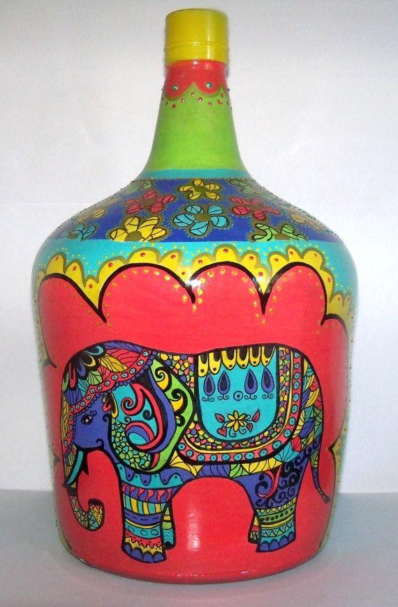botellon de dama juana estilo hindú, pintado a mano con relieves y mucho color! ideal para darle un toque decorativo a cualquier rincón vacio!