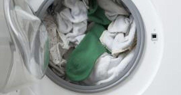 ¿Cómo puedo quitar el olor a agua estancada de mi lavarropas?. Cuando el agua se vuelve estanca en tu lavarropas esto significa probablemente que tu máquina no está funcionando correctamente y que necesita ser reparada. De todos modos, una vez que el lavarropas esté reparado y libre de agua estancada, puede que tengas un nuevo problema. El agua estancada puede haber dejado mucho olor en tu máquina. Antes de ...