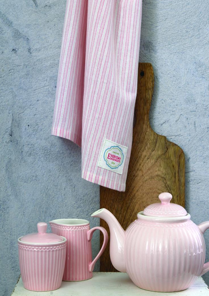 Für entspannte Teestunden und einen frischen Geist! Diese bezaubernde Teekanne Alice aus der Everyday Kollektion von Greengate bringt skandinavisches Flair zu Ihnen nach Hause und hilft Ihnen, bei einer gemütlichen Tasse Tee durchzuatmen und wieder neue Kraft zu schöpfen. Die Kanne gibt es in drei wunderschönen Pastelltönen.