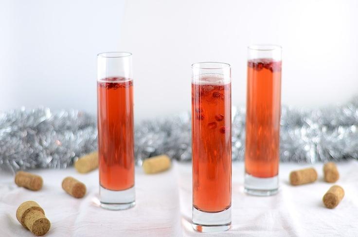 Ингредиенты:  - 1 бутылка шампанского  - 1/2 стакана гранатового сока  - семена граната для украшения    Приготовление:  Шампанское смешайте в соком. Разлейте по бокалам и украсьте семенами граната.
