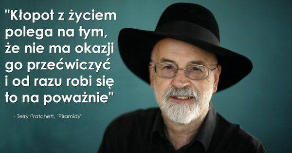 """Terry Pratchett nie umarł, on został z nami ukryty we wszystkich stronach książek """"Świata Dysku"""" – Demotywatory.pl"""