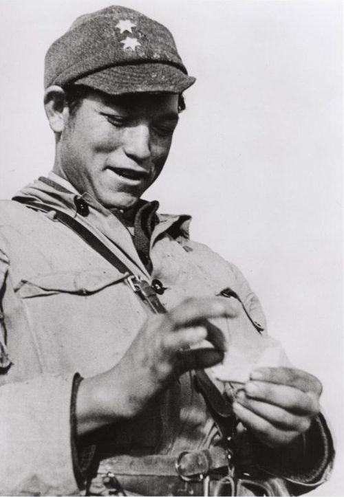 Robert Capa     Member of the International Brigades, Spanish Civil War, Madrid     1936. Las fotos mas impresionante de una guerra, murió en Vietnan.pisó una mina en Diendienfu.