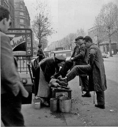 Cireuse de chaussures, 1950 - Paul Almasy