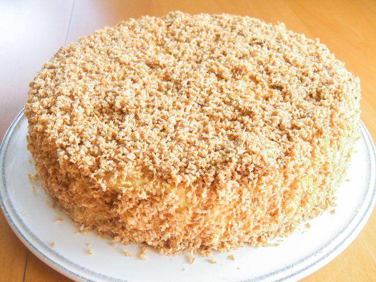 Dette er en populær kake! Under det tette kokoslaget skjuler det seg myk kake fylt med deilig vaniljekrem. På grunn av utseendet kalles kaken ofte for Pinnsvinkake.