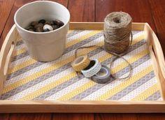 plateau de service en bois, décoré de bandes de scotch décoratif à trois motifs différents, une superbe idee de cadeau a faire soi meme