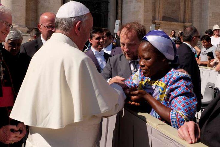 """Suor Angélique Namaika incontra Papa Francesco. """"Incontrare il Papa è stato un grandissimo onore per me"""", ha detto suor Angélique. """"Non ho mai osato sperare di incontrare il Santo Padre e quando ho saputo che l'avrei fatto ho pianto a lungo. Gli ho chiesto di benedire me e le donne per cui lavoro e spero che ciò contribuisca a riportare la pace nella nostra regione."""" © Fotografia Felici"""