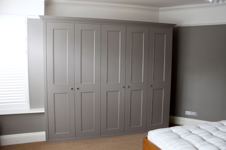 Image from http://www.jvcarpentry.com/photos/undefined/london_fitted_wardrobe.jpg.