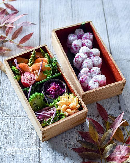 """おはようございます!金曜日恒例の花金弁当ヽ(´▽`)/毎週金曜日は、1週間頑張った自分へのご褒美と、「花金」にちなんで花モチーフのお弁当を作っています!・海老とアスパラのアジアン炒め・バラディッシュ ★・ブロッコリーの胡麻油和え ★・紫キャベツのスイチリマリネ ★・紫玉ねぎのハニーマリネ・春菊の胡麻和え ★・大人のお花玉子 ★・菊花混ぜごはん 花金ver.※★付きは「曲げわっぱで""""魅せ弁""""!」に、レシピを載せています。おか..."""