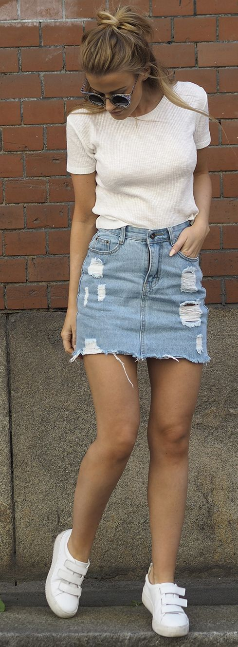 Summer look | White shirt, distressed denim skirt and sneakers