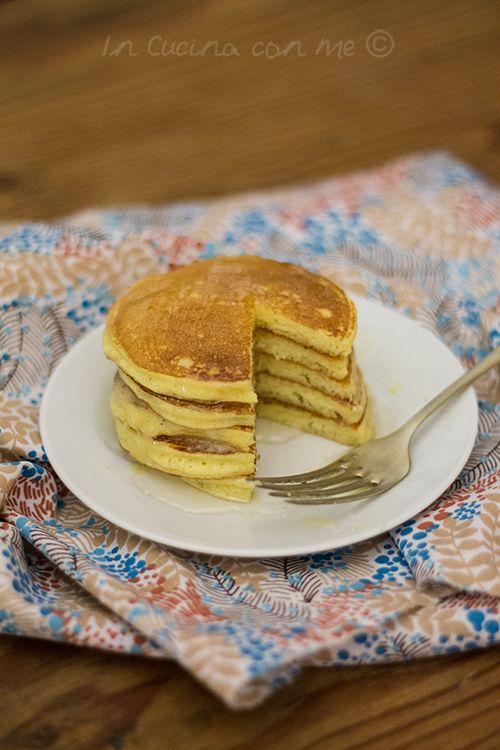 I ricotta pancakes con burro al miele e vaniglia sono l'ideale per la colazione o lo spuntino pomeridiano, un impasto sofficissimo con una profumata crema