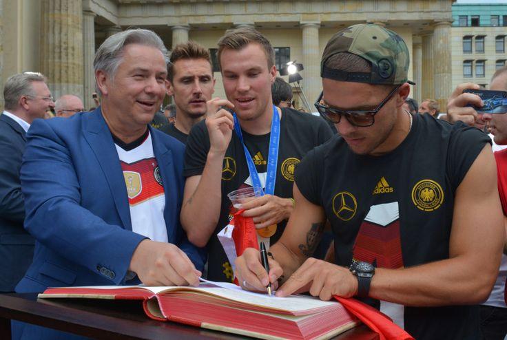 Jerome Boateng Fanmeile: Wowereit beglückwünschte DFB-Elf zum Weltmeistertitel - Berlin.de 15.7.14