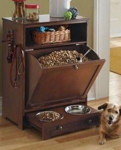 O armário de madeira foi adaptado para a ração do cachorro.