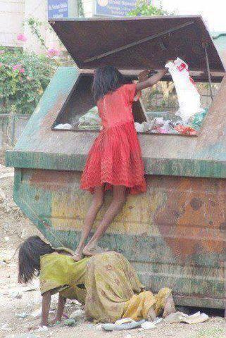 De acordo com o Programa de Desenvolvimento do Milênio das Nações Unidas (ODM), 270 milhões ou 21,9% dos 1,2 bilhões de indianos, viviam abaixo da linha de pobreza, com menos de US $ 1,25 ao dia.