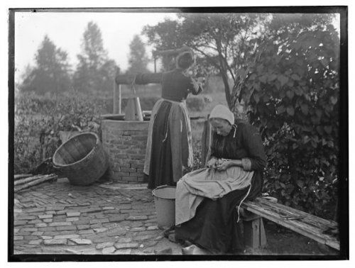 Het buurtschap Ooijman bij Doetinchem Twee vrouwen in de tuin van een boerderij. Rechts op de voorgrond een vrouw op een bank. Op de achtergrond haalt de tweede vrouw water uit een put. 1919 Collectie Stadsarchief Amsterdam #Gelderland #Achterhoek
