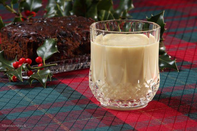Gyümölcsös mézes likőr házilag Sok rum az alapja, valahol a tojáslikőr és a Bailey's között van az íze, ajándéknak is jó, de még jobb, ha megisszák.